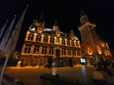 Het stadhuis van Eeklo kleurt twee weken goud.