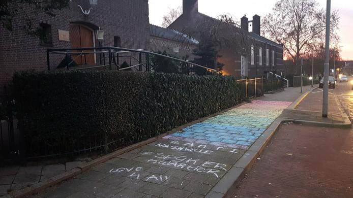 De Gerformeerde Gemeente Arnhem vond vanmorgen een regenboogvlag op de stoep.