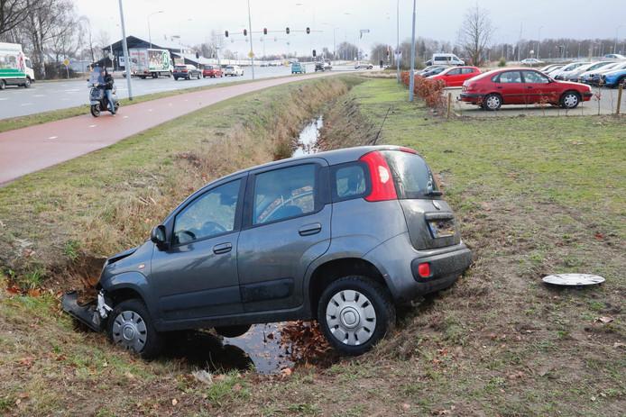 Automobiliste gewond nadat ze de sloot inrijdt in Veldhoven