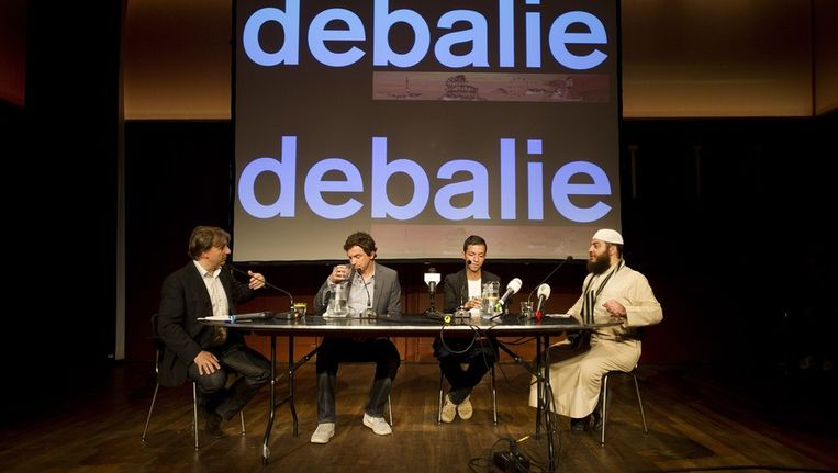 De Britse shariageleerde Haitham al-Haddad (R) , Tofik Dibi (2eR), tweede kamerlid van Groenlinks, journalist van de Pers Kustaw Bessems (2eL) en directeur van De Balie Yoeri Albrecht(L) nemen deel aan een discussieavond in De Balie in Amsterdam. Beeld anp