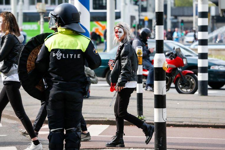 De Mobiele Eenheid veegt de binnenstad van Rotterdam schoon na het verlies van Feyenoord. Beeld anp