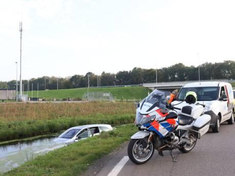 Auto te water in Woerden, man haalt nat pak