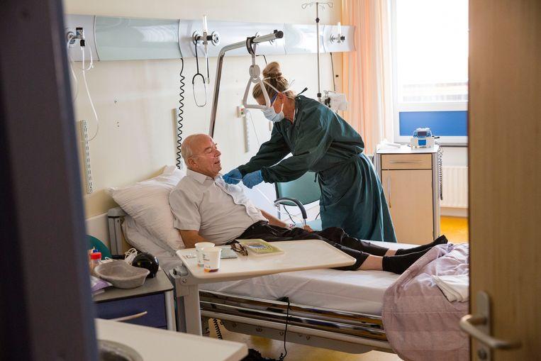 Een herstellende patiënt in in het Albert Schweitzer ziekenhuis in Dordrecht. In het ziekenhuis lagen woensdag zeven patiënten met bewezen covid-19 (van wie drie op de ic) en 13 patiënten met verdenking van covid-19. Beeld Arie Kievit