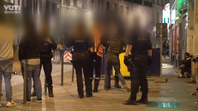 Un homme soupçonné de vol est emmené par la police.