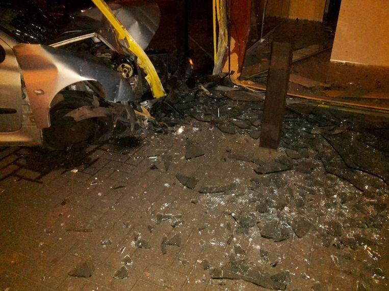 De auto kwam tegen een steunpaal terecht en raakte zwaar beschadigd.
