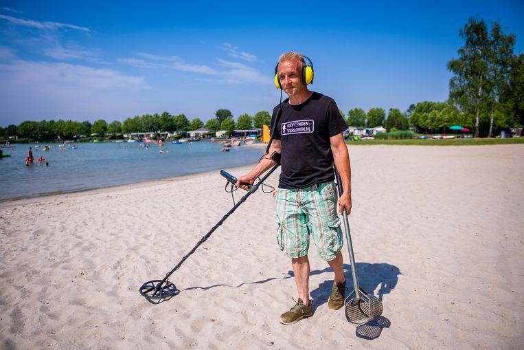 Danny Kleeren (43) uit Rijkevorsel heeft een fulltime job, maar in zijn vrije tijd zoekt hij - samen met 34 collega-vrijwilligers - verloren juwelen.