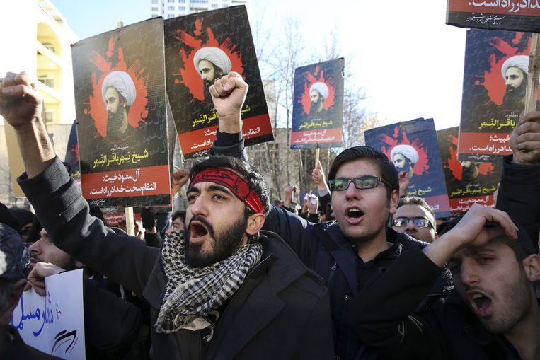 Iraanse demonstranten in de straten van Teheran na de executie van geestelijke Nimr al-Nimr. Beeld ap