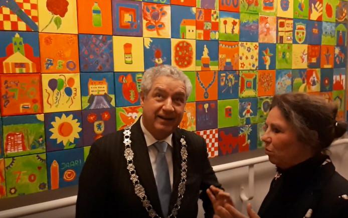 Burgemeester Niederer zoekt zijn schilderijtje samen met Peet Quintus.