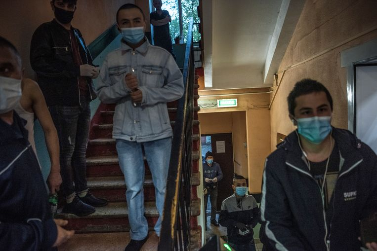 Centraal-Aziatische migranten in een arbeidershostel in Moskou. Beeld SERGEY PONOMAREV/NYT