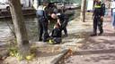 Een van de kanodemonstranten die uit het water werd gevist en is aangehouden.