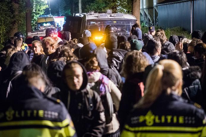Activisten moesten - eenmaal uit de stal - een tijdlang wachten op georganiseerd vervoer. Met bussen bracht de politie ze uiteindelijk naar een plaats vanwaar ze veilig hun eigen weg konden gaan.