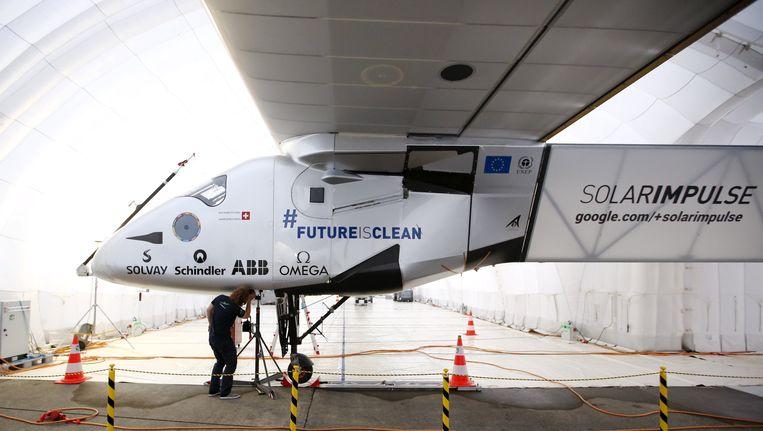 De Solar Impulse 2 staat voorlopig geparkeerd in een hangar op de luchthaven van Nagoya in Japan.