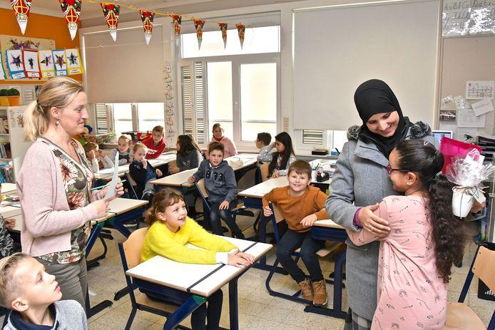 De leerlingen van het vierde leerjaar maakten kennis met de Arabische taal. Khadija Lokello, de mama van Salma Oit Boutsergal, las een verhaal in haar moedertaal voor.
