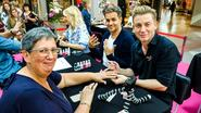Jani Kazaltzis lakt nagels voor Pink Ribbon