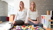 """Identieke tweelingzussen geven les in zelfde kleuterklas: """"Voor de zekerheid hebben we toch maar naamkaartjes gemaakt"""""""