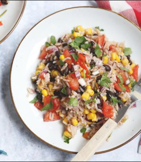 Deze Mexicaanse rijstsalade staat in een kwartier op tafel
