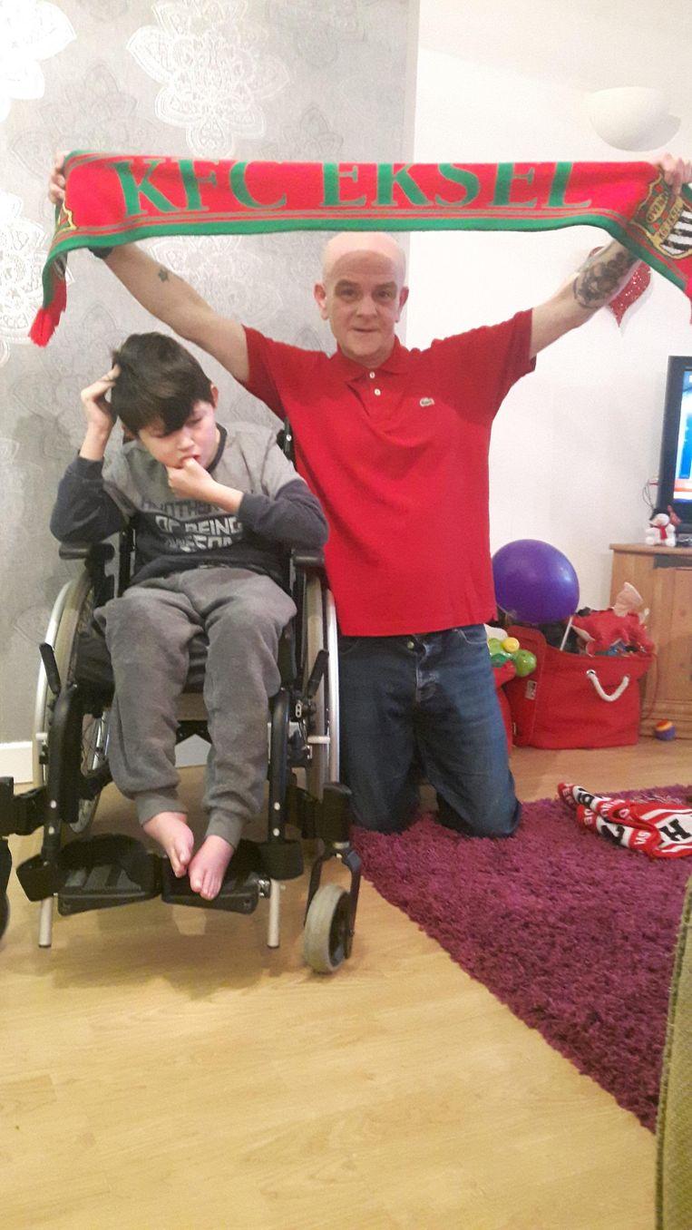 Alfie en zijn vader met een sjaal van KFC Eksel.