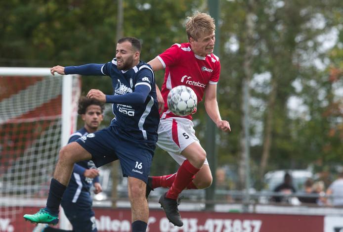 Bram Rensing (rechts) speelt met AZSV dinsdag tegen FC Zutphen in de Achterhoek Cup.