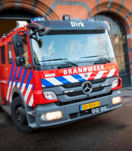 Brandweerman gewond door ontploffende spuitbussen tijdens blussen van brand in Oud-Vossemeer