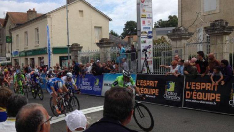 Nicola Ruffoni haalt het vlotjes, maar wel verrassend voor onze landgenoot Jans en de Britse sprintbom Cavendish.