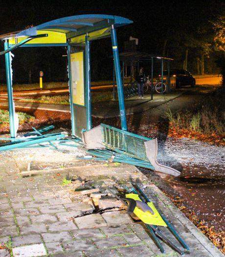 Bestuurder onder invloed vliegt uit de bocht en ramt bushokje in Loenen