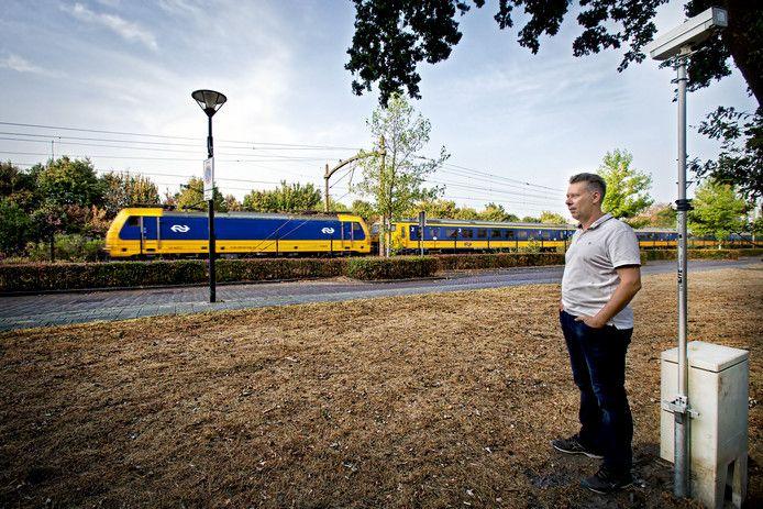 Bart van der Ven woont aan de Julianastraat in Rijen op een steenworp afstand van het spoor, en heeft veel last van trillingen.