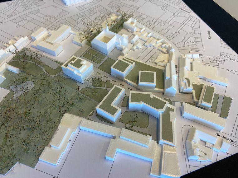 Een eerste maquette van het collegesiteproject. Links zien we de Ieperstraat, met een inrit voor de ondergrondse parking naast het koetshuis van Huis Mulle de Terschueren. Rechts krijgt het project een brede ingang tegenover het Vijverhof in de Kortrijkstraat