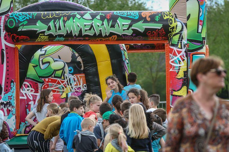 Op de Tongerse buitenspeeldag stonden lange rijen aan te schuiven voor een hindernissenparcours in een springkasteel van 35 meter.
