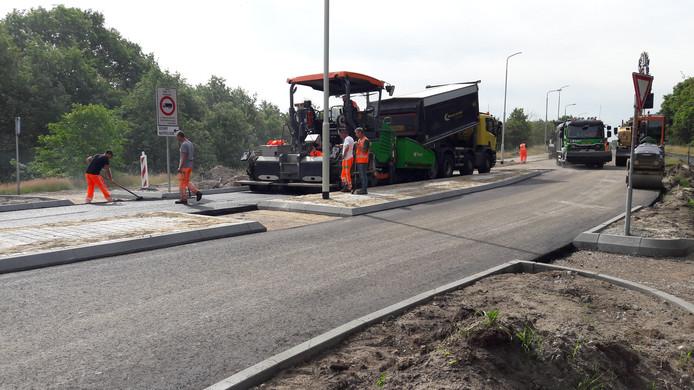 De asfaltverspreidmachine aan het werk op de nieuwe rotonde in de OL Vrouwestraat bij Zegge.