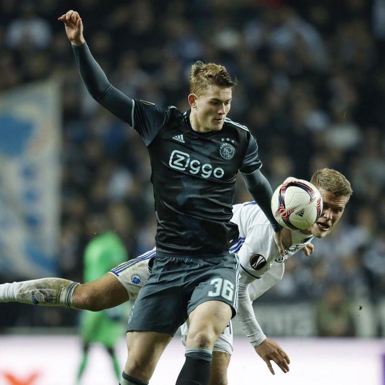 Matthijs de Ligt in duel met Kopenhagen-speler Andreas Cornelius vorige week Beeld anp