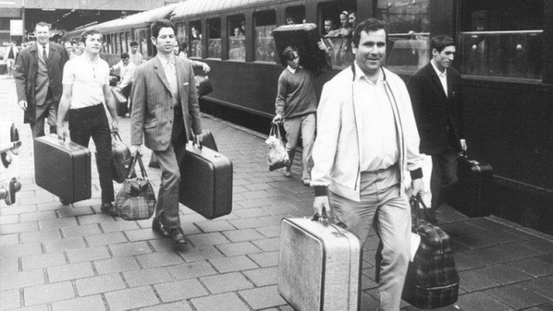 Arbeidsmigranten arriveren per trein in Nederland, eind jaren '60.