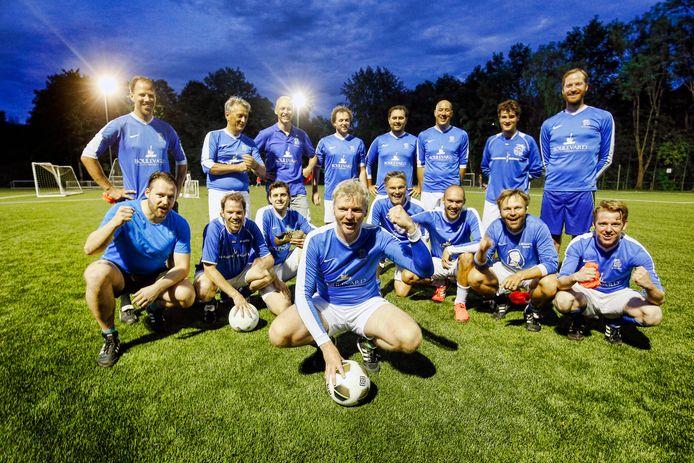Het Utrechtse Kampong 26 speelt zaterdag tegen het andere laagste elftal van Nederland. Op de voorgrond met bal Nico van Ginkel.