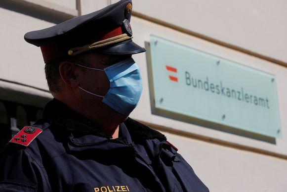 Een agent met een mondmasker.