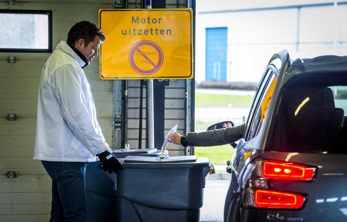 Inwoners van gemeente Zuidplas konden stemmn in een drive-in stembureau.