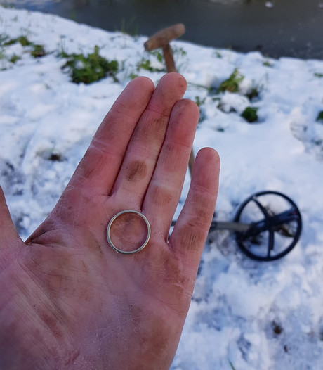 Trouwring verloren in de sneeuw: hobbyarcheoloog schiet te hulp