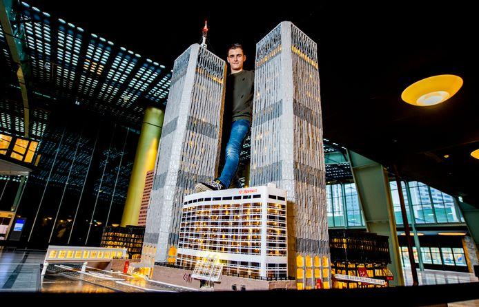 Daan van der Steijn met zijn miniatuur WTC  van de ingestorte Twin Towers uit New York, in het World Trade Center in Rotterdam. Foto: Frank de Roo