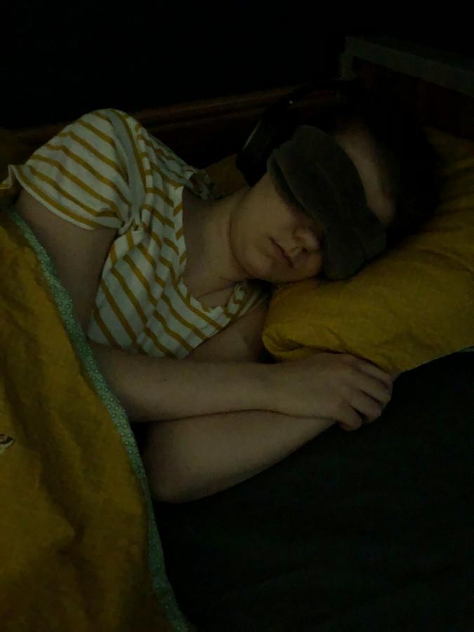 Eva Peelen verdraagt geen licht en geluid. De ramen van haar slaapkamer zijn geblindeerd. Alleen haar ouders komen binnen. Haar moeder Marielle heeft deze foto gemaakt.