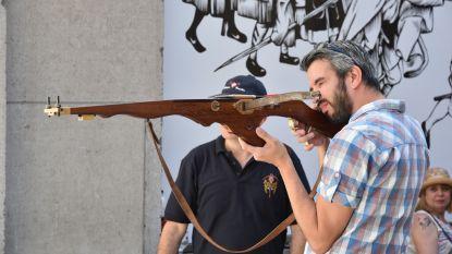 Families leren kruisboogschieten op Carolus V-festival