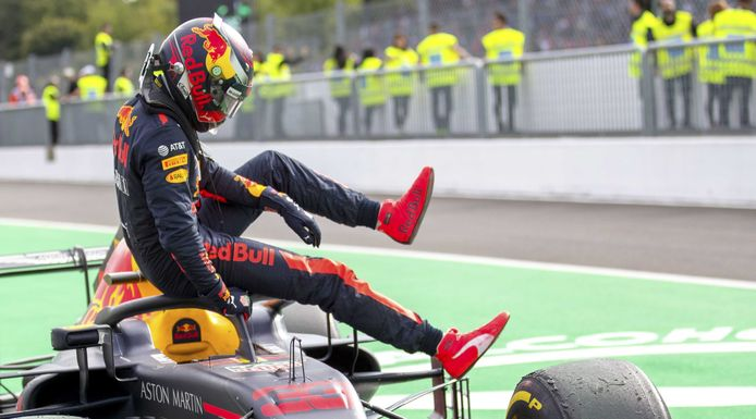 Max Verstappen stapt teleurgesteld uit zijn auto, omdat hij weet dat een tijdstraf hem zijn podiumplaats kost.