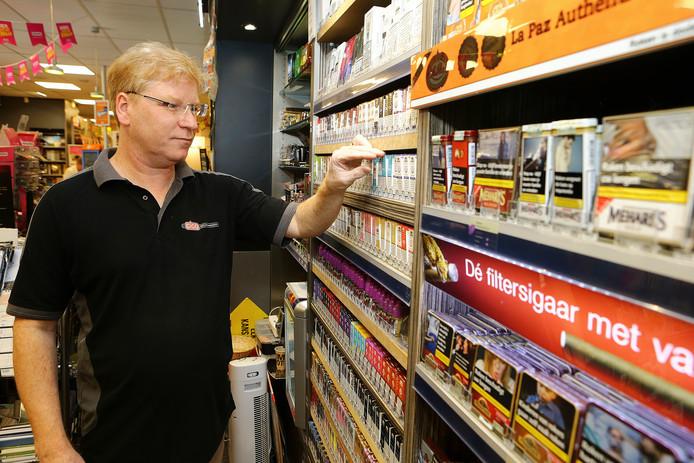 Ondernemer René Lucas in zijn tabak- en gemakwinkel