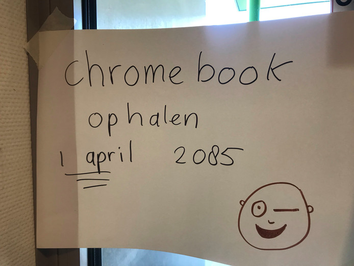 De school waarschuwt de ouders die een chromebook willen dat het nog lang duurt voor ze hem kunnen ophalen.