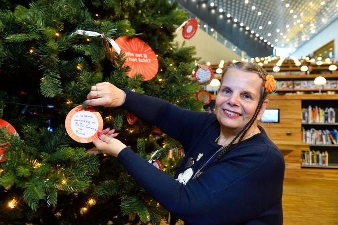 Brenda hangt haar kerstbal op ter herinnering aan haar Bob die afgelopen september overleed.