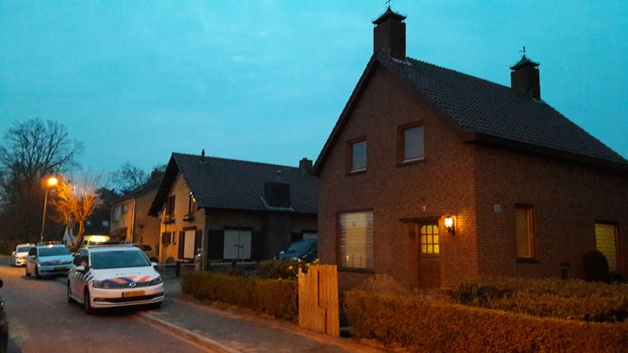 Overval op gezin in Margrietstraat Bosschenhoofd. Een van de criminelen die zich voordeden als taxichauffeurs viel op zijn vlucht in een kuil achter het houten schot voor het pad bij de voordeur.