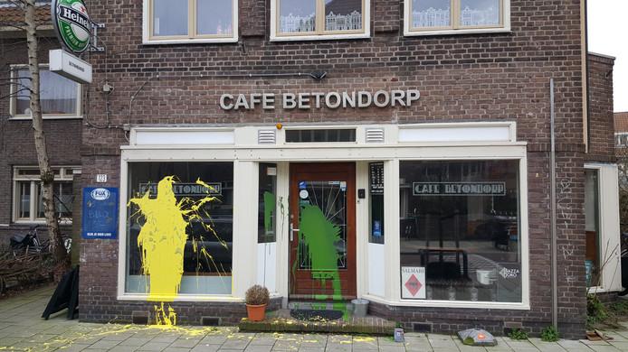 Amsterdam door ADO-supporters beklad met anti-Joodse leuzen en groen-gele verf. Ook Cafe betondorp zit onder.