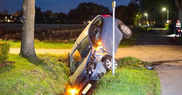 Auto belandt rechtop in sloot na ongeluk in Oene, bestuurder mogelijk onder invloed.