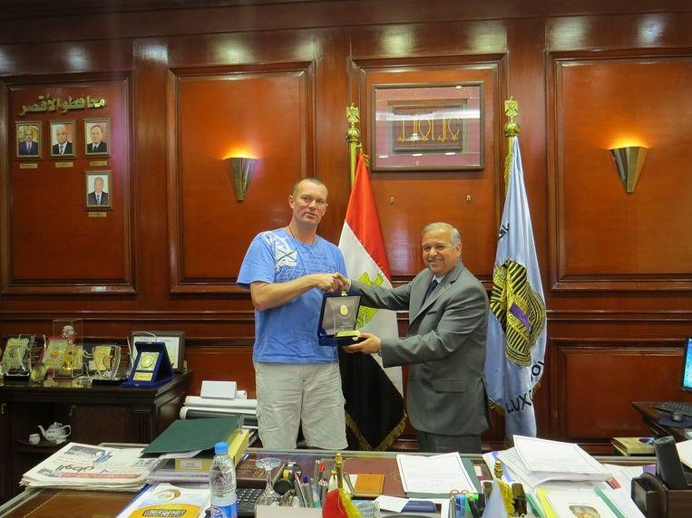 Koen Hallaert bij de gouverneur van Luxor.