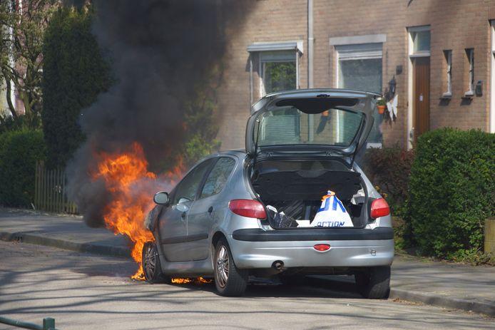 De eigenaar van de auto ontdekte de brand bij thuiskomst.