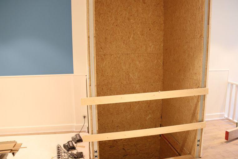 Binnenin wordt een plateaulift geïnstalleerd voor mindervalide bezoekers in een rolstoel.