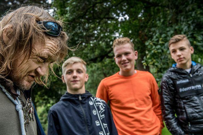 Zwerver annex stadsnomade Robbie Veenstra ontmoet de drie weldoeners: v.l.n.r. Colin Breed, Levy Nijs en Sil Jakobs. De jongens brachten hem een tas met eten en drinken en gaven hem ook wat van hun spaargeld.