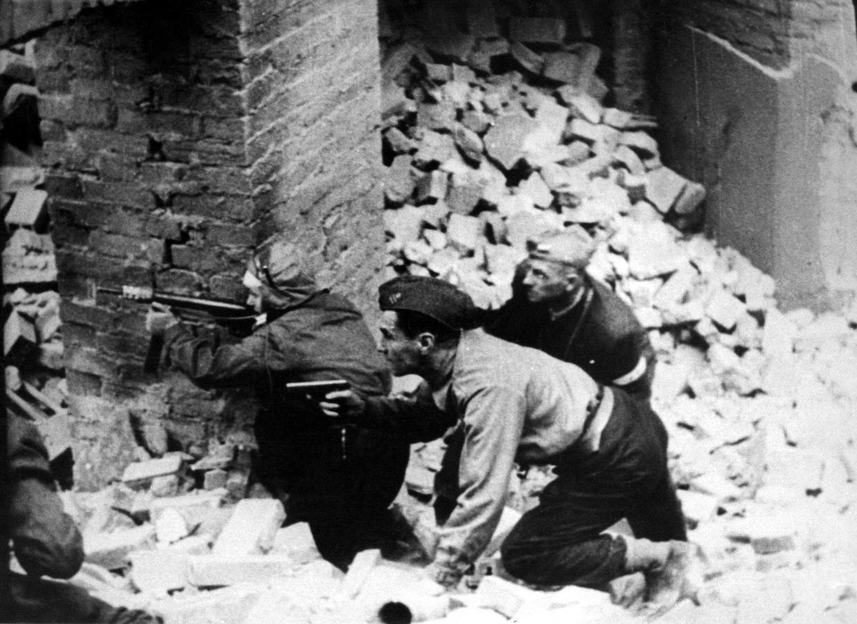 Opstandelingen in de straten van Warschau.
